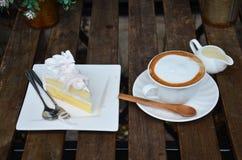 Кофе Latte горячие и торт кокоса на таблице Стоковые Фотографии RF