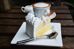 Кофе Latte горячие и торт кокоса на таблице Стоковая Фотография