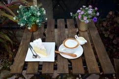 Кофе Latte горячие и торт кокоса на таблице Стоковые Изображения