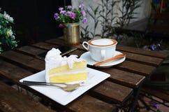 Кофе Latte горячие и торт кокоса на таблице Стоковые Фото