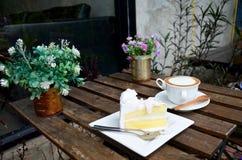 Кофе Latte горячие и торт кокоса на таблице Стоковое Изображение