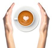 Кофе Latte с руками символа и женщины сердца Стоковое Изображение RF