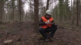 Кофе Lumberjack сидя и выпивая в лесе акции видеоматериалы