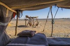 Кочевники Berber располагаются лагерем в пустыне Сахары стоковая фотография