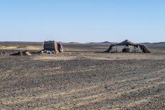 Кочевники Berber располагаются лагерем в пустыне Сахары стоковая фотография rf
