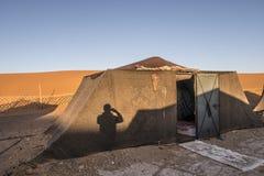 Кочевники Berber располагаются лагерем в пустыне Сахары стоковое изображение