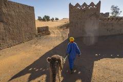 Кочевник с верблюдом в пустыне Сахары стоковое изображение