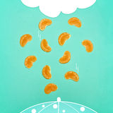 Коллаж искусства шипучки свежих клин Tangerine и абстрактных дождевого облако чертежа и падать дождевых капель Стоковая Фотография RF