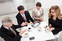 Коллегаы дела наслаждаясь перерывом на чашку кофе Стоковые Изображения RF