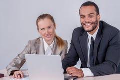 Коллегаы на работе Успешные усмехаться и looki бизнесмена 2 Стоковое Изображение RF