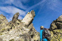 Коллега альпиниста наблюдаемый взобраться падение утеса Стоковые Фото