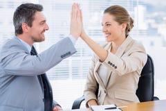 Коллеги давая максимум 5 в деловой встрече Стоковое Изображение
