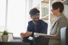 2 коллеги беседуя в офисе Стоковое Фото