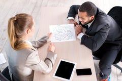 Коллеги встречи Бизнесмен 2 сидя на таблице и соперничает Стоковое Изображение RF