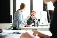 Коллеги в офисе говоря друг с другом Стоковая Фотография RF