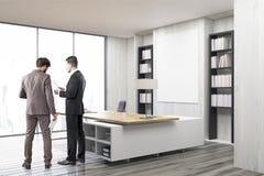2 коллеги в офисе главного исполнительного директора с серыми стенами Стоковая Фотография RF
