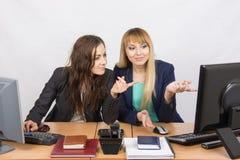 2 коллеги в офисе для того чтобы обсудить электронный документ в экране компьютера Стоковые Фото