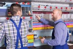 2 коллеги гаража приближают к объектам Стоковые Фотографии RF
