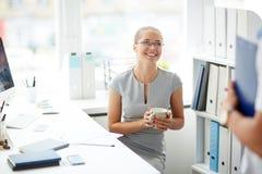 Коллеги говоря во время перерыва на чашку кофе Стоковое фото RF