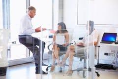Коллеги говоря в современном офисе Стоковое Изображение RF
