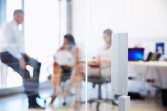 Коллеги говоря в современном офисе Стоковое Фото