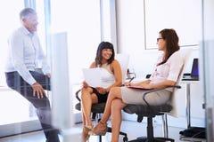 Коллеги говоря в современном офисе Стоковые Фото