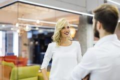 Коллеги говоря в современном офисе Стоковая Фотография RF