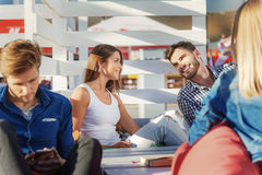 Коллеги говоря совместно на пляже Стоковое Фото