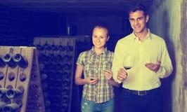 2 коллеги держа бокал вина в погребе Стоковые Изображения