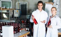 2 коллеги держа бутылки вина Стоковая Фотография RF