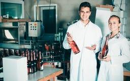 2 коллеги держа бутылки вина Стоковые Изображения RF