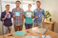 Коллеги держа знак от известных социальных сетей Стоковое Изображение RF