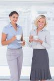 2 коллеги держа чашку кофе Стоковая Фотография RF