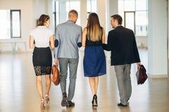 4 коллеги делать офис и связывают Стоковые Изображения