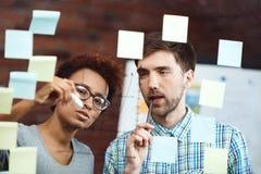 Коллеги делая бизнес-план на встрече Стоковое Изображение RF