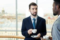 Коллеги дела беседуя на перерыве на чашку кофе Стоковое Изображение