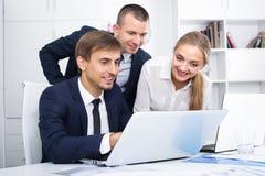 3 коллеги дела в офисе Стоковое Изображение RF