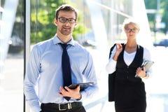 2 коллеги дела в formalwear быть снаружи Стоковые Изображения RF