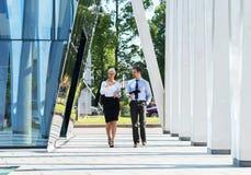 2 коллеги дела в formalwear быть снаружи Стоковое фото RF