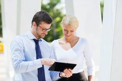 2 коллеги дела в formalwear быть снаружи Стоковое Изображение
