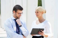 2 коллеги дела в formalwear быть снаружи Стоковое Фото