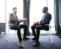 2 коллеги дела на встрече в современном интерьере офиса Стоковые Фото