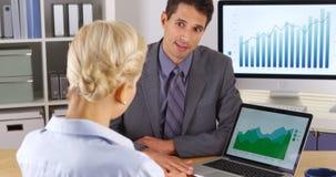 Коллеги дела обсуждая данные по продаж Стоковая Фотография RF