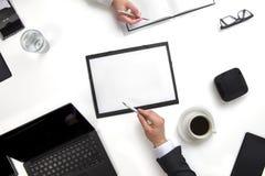 Коллеги дела обсуждая работу на документах на столе Стоковое Фото