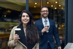2 коллеги дела покупая на вынос кофе Стоковое Фото