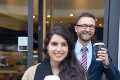 2 коллеги дела покупая на вынос кофе Стоковые Фотографии RF