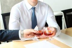 2 коллеги дела празднуют подписание контракта с вискиом Стоковая Фотография