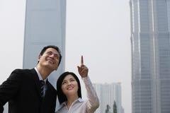 2 коллеги дела приближают к небоскребам Стоковые Фото