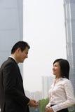2 коллеги дела приближают к небоскребам Стоковые Изображения RF