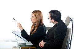 2 коллеги дела работая и указывая Стоковые Фотографии RF